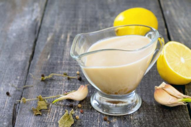Вам понадобится: 4зубчика чеснока 2желтка перепелиных яиц 1/4л растительного или оливкового масла