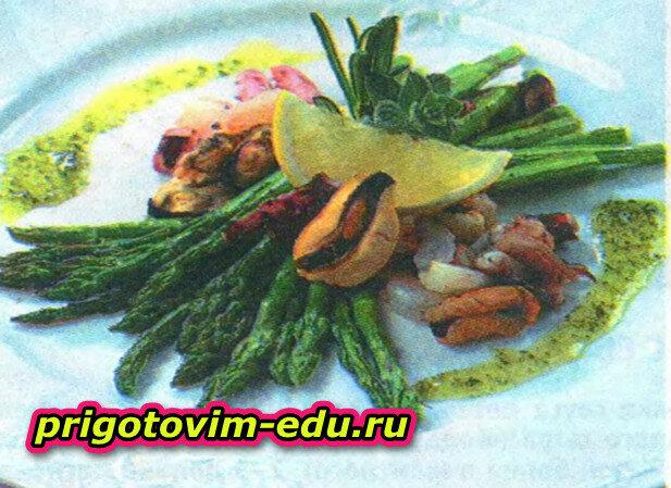 Запеченная спаржа с морепродуктами