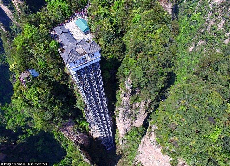 Лифт Байлун, или «Лифт Ста Драконов», находится в живописном национальном парке Чжанцзяцзе в провинции Хунань в Китае. Его строительство длилось три года. Лифт состоит из трёх кабин, в каждую из которых помещается до 50 человек. Подъём на высоту 360 метров занимает 2 минуты.