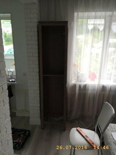 Поставили шкафчик у окна