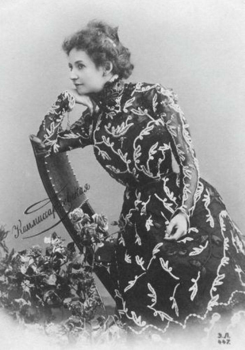 С 1906 года режиссёром-постановщиком в Драматическом театре Комиссаржевской работает В. Э. Мейерхольд. За один сезон он выпустил 13 спектаклей, однако после нескольких провалов Комиссаржевская предложила ему уйти.