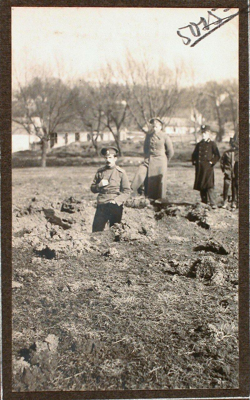 03. Группа военных на месте падения бомбы, (на Ленке, у Садоцкой ул.), сброшенной летчиком 8 марта 1915 г. около 1 ч. дня