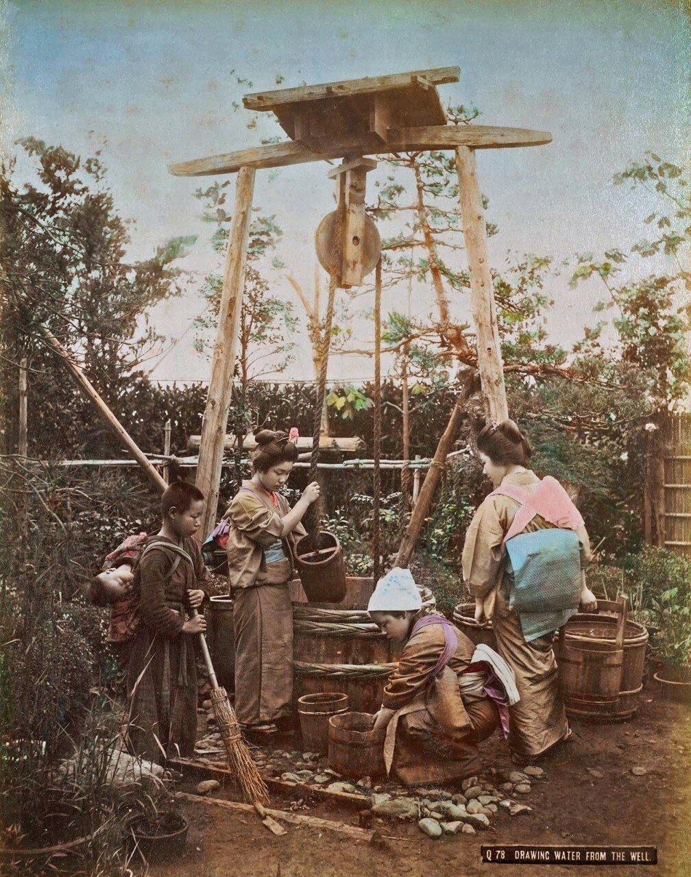 Получение воды из колодца. 1890