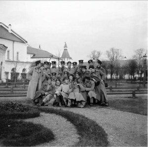 Большая группа во дворе монастыря