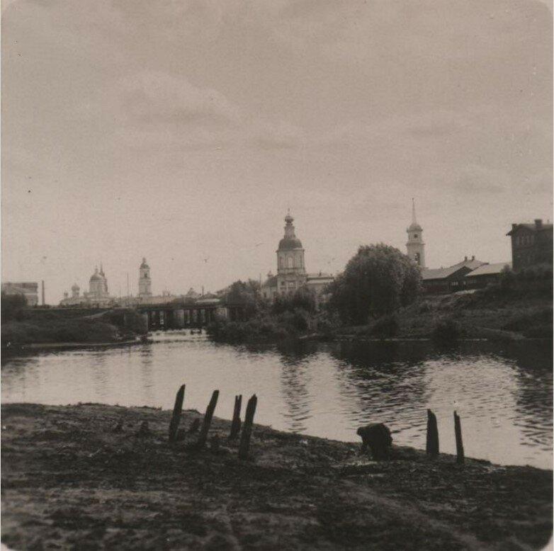 Вид на город из-за реки