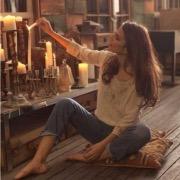 Девушка зажигает свечи