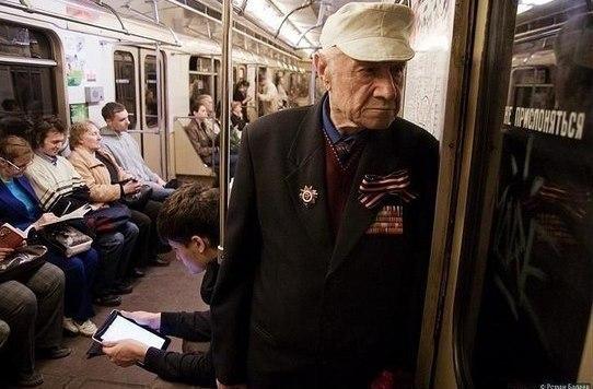 Уступать место в метро
