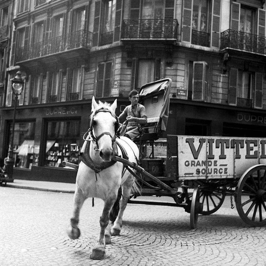 23 Transport d'eau, 1950 Photo Benjamen Chinn.jpg