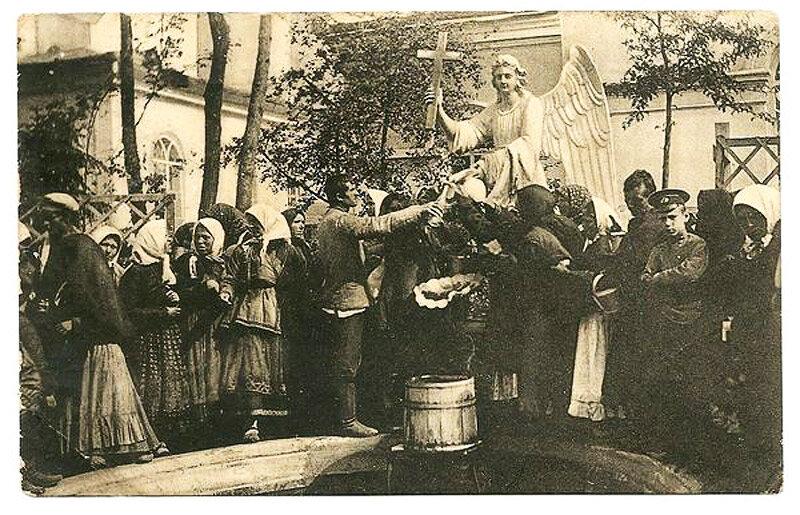 Скульптура ангела и фонтан-источник на территории женского монастыря в Белгороде, фото начала ХХ в.