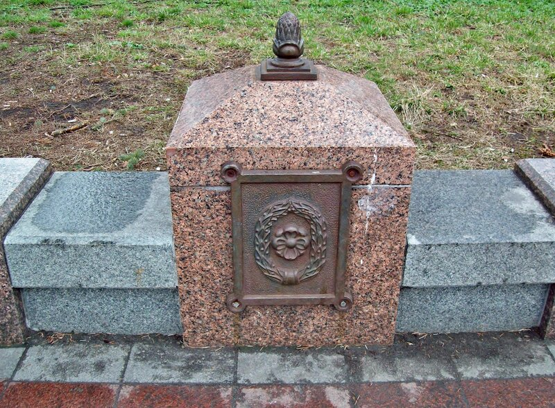 Бордюр на площади Конституции