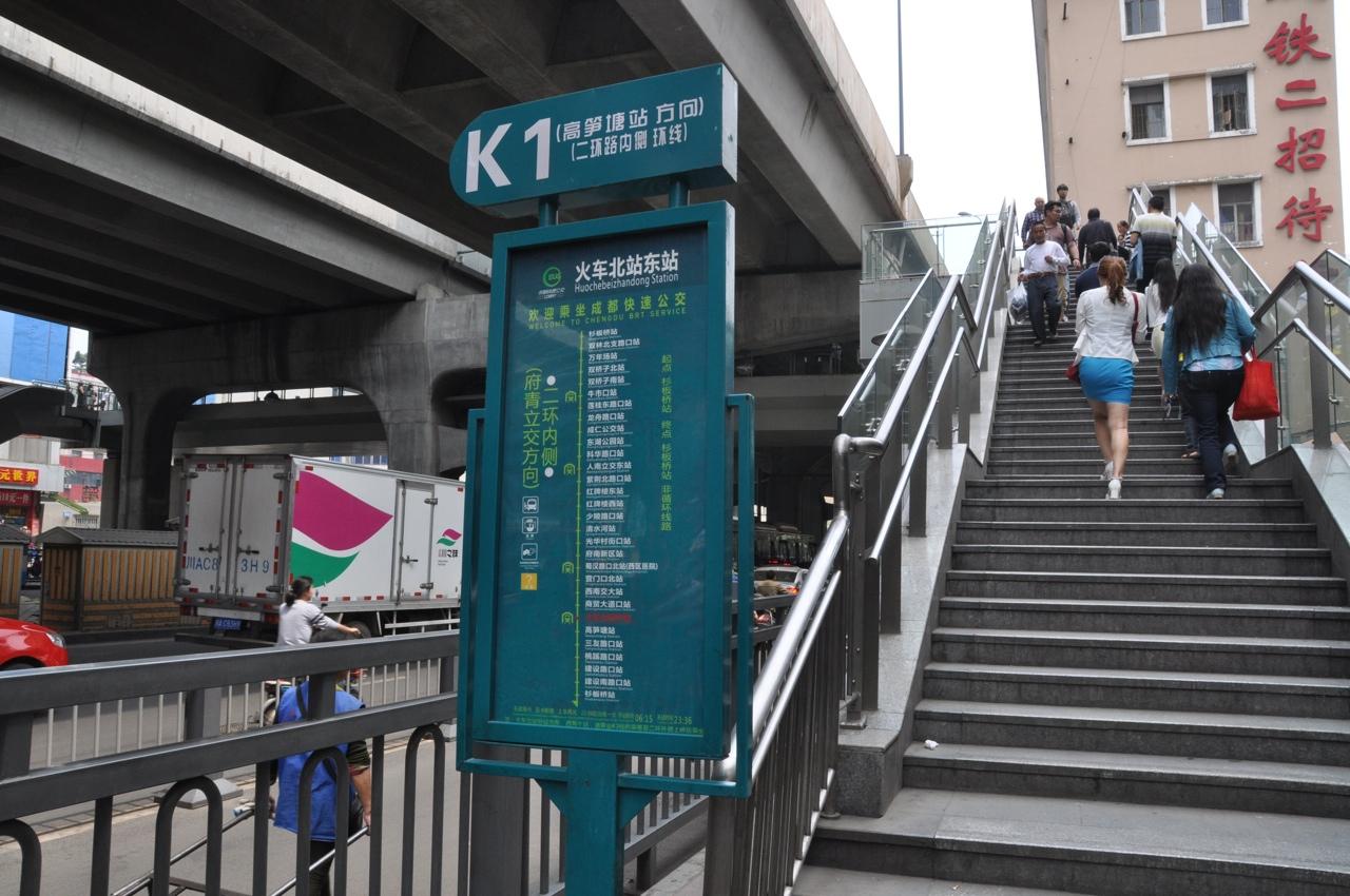 На станцию метробуса обычно не спускаются, а поднимаются