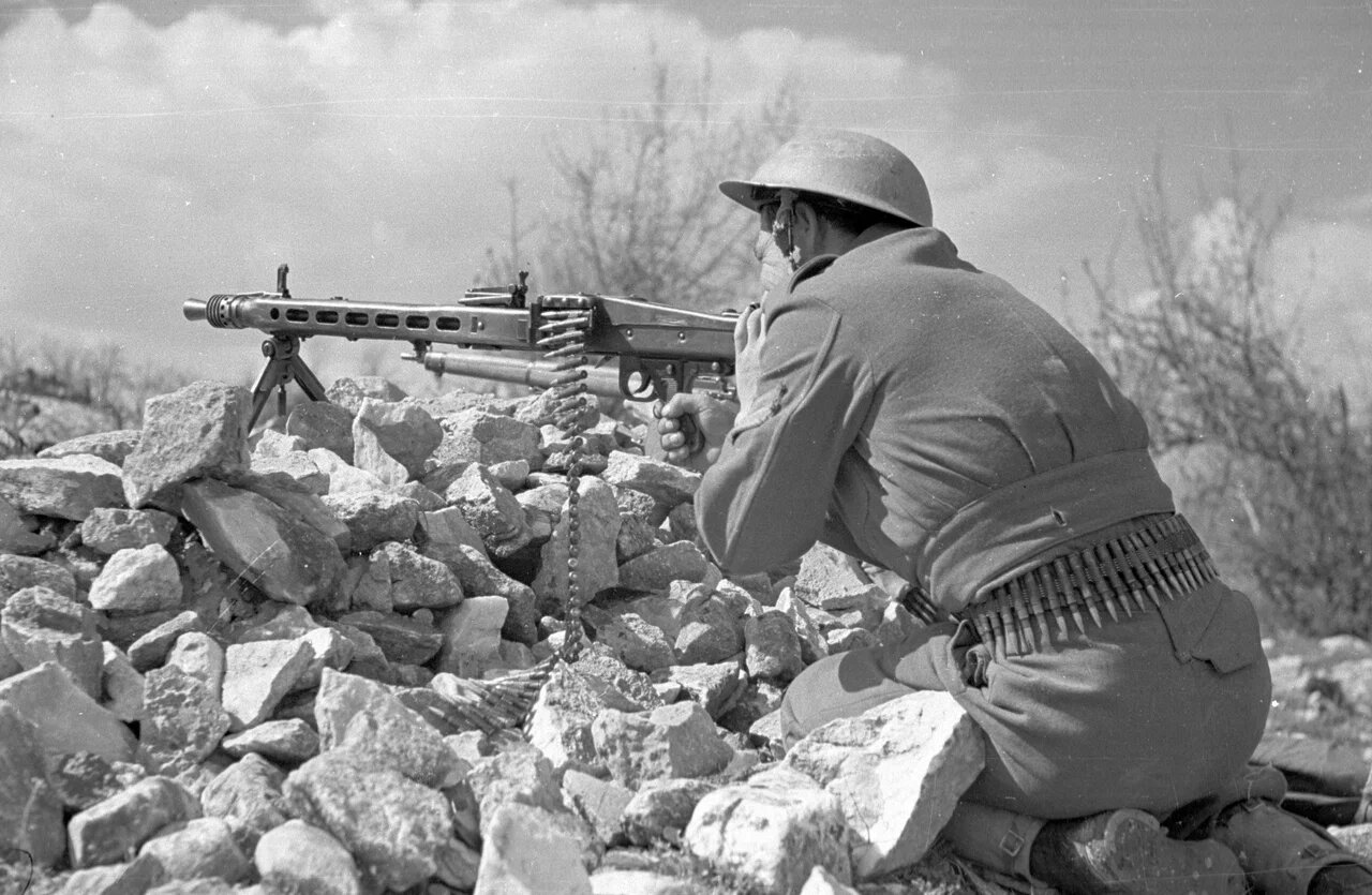1948. Солдат с пулеметом наперевес. 22 мая