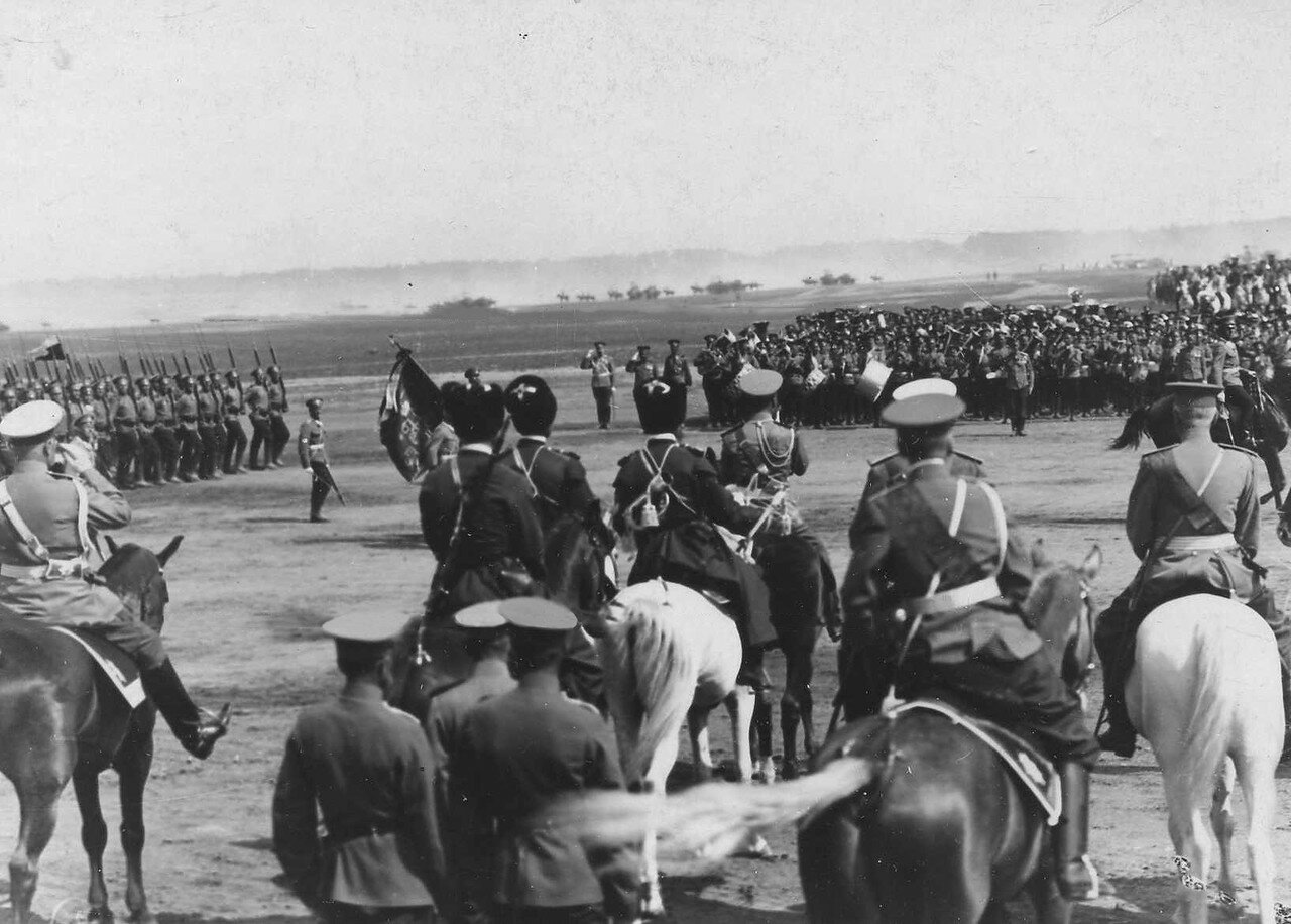 99. Пехотные части во время парада войск проходят мимо императора Николая II и его свиты