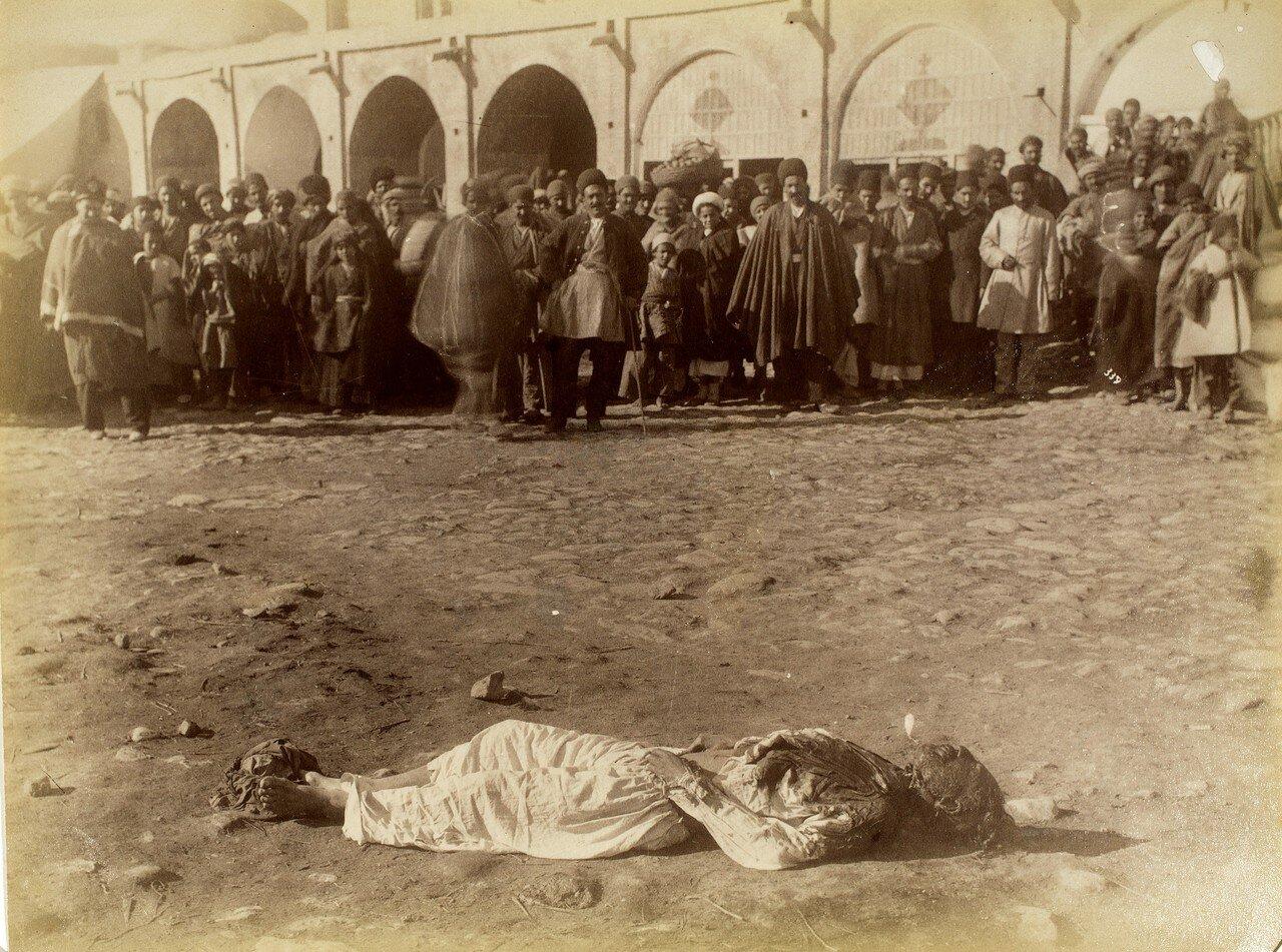 Тело казненного преступника на площади