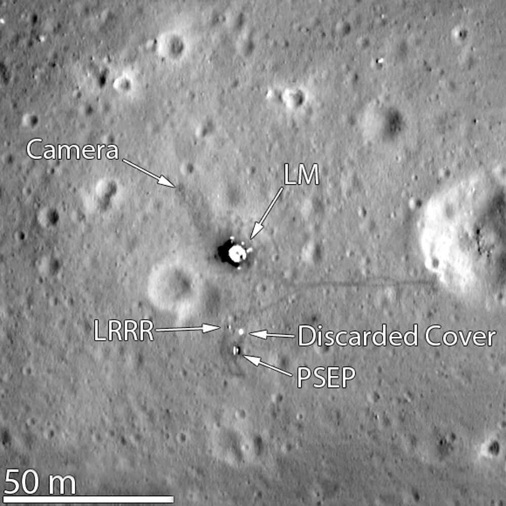 База Спокойствия, снятая КА LRO в конце 2011 года. К северо-западу от посадочной ступени «Орла» (LM) — телекамера, к югу — лазерный отражатель (LRRR) и сейсмометр (PSEP), к востоку — кратер Литл Уэст