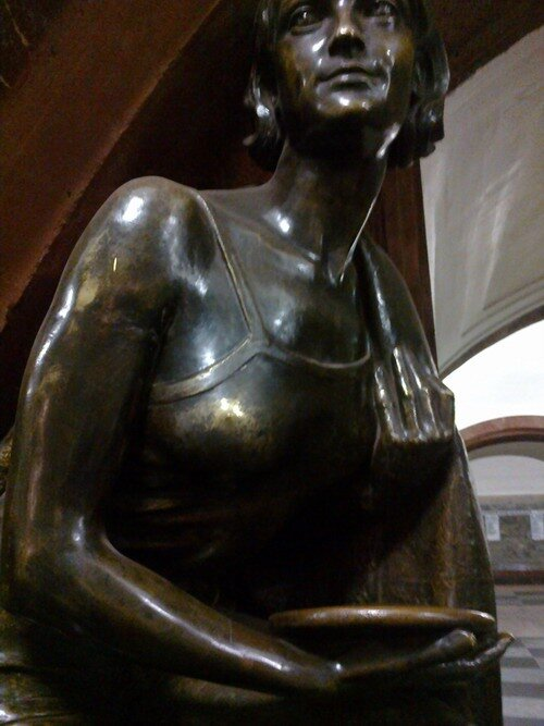 метро спортсменка-дискоболка грудь