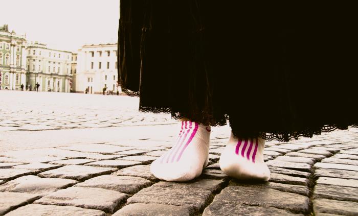 подол юбки и белые носки
