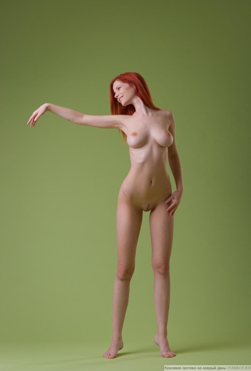 Прекрасная Ариэль в эротическом фотосете на зеленом фоне (17 фото)