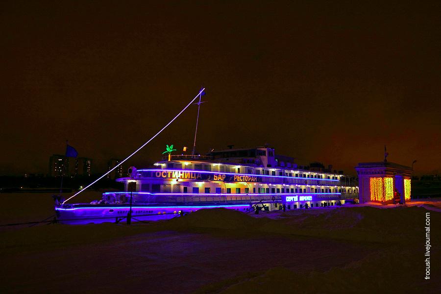 Теплоход «Сергей Абрамов» ночью зимой 2011 года в Северном речном порту Москвы