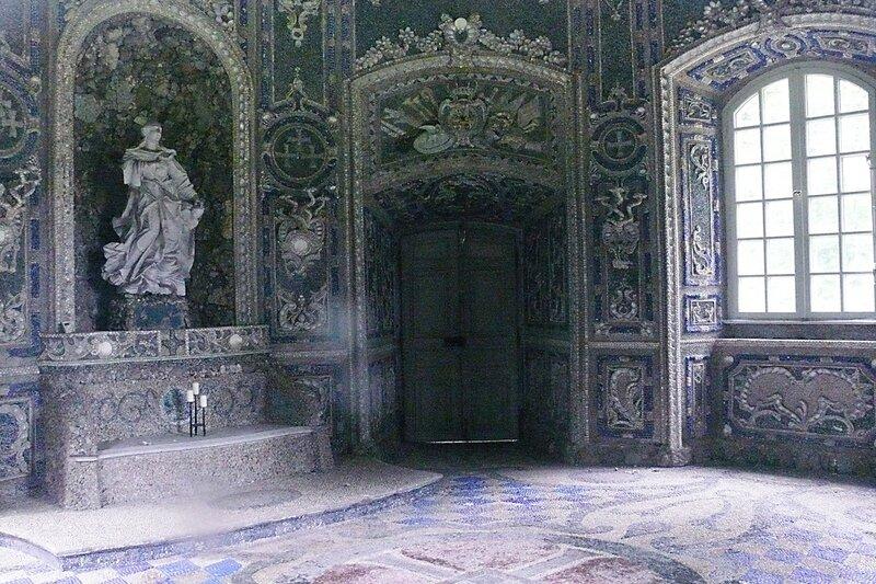 Недалеко от входа во дворец в парке находится часовня в стиле Рококо, построенная в 1730 году. Она имеет форму восьмиугольника, напоминает грот и украшена ракушками и минералами.