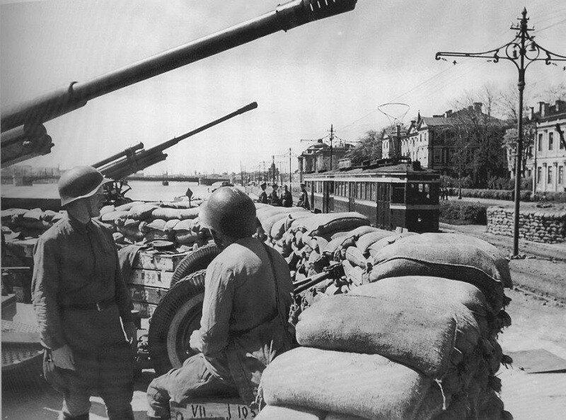 Лето 1942 г. Зенитная батарея на Университетской набережной Ленинграда