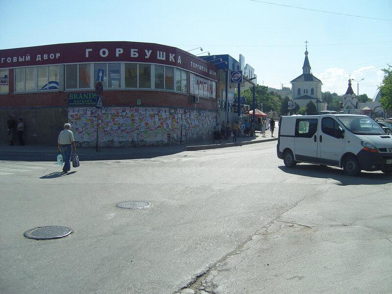 """торговый двор """"Горбушка"""" и стена с сотнями объявлений"""