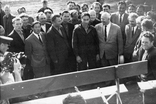 Целинный край, 13 августа 1964 года. Справа Хрущев, за  ним - Кунаев