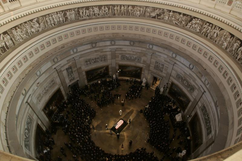 11. Вид сверху на гроб с телом экс-президента Рональда Рейгана в Ротонде Капитолия на Капитолийском