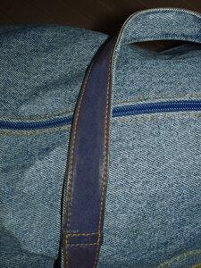 Ручка сумки из кожи и джинсы