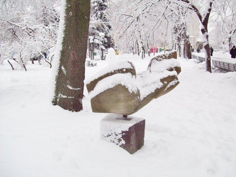 Парковая скульптура Владимирской горки под снегом