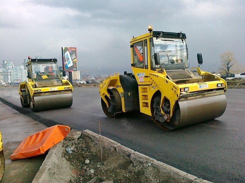 Укладка нового дорожного покрытия на проспекте Бажана