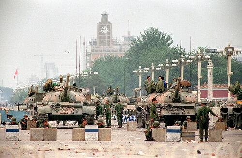 Блок-пост китайских войск на одном из входов на площадь