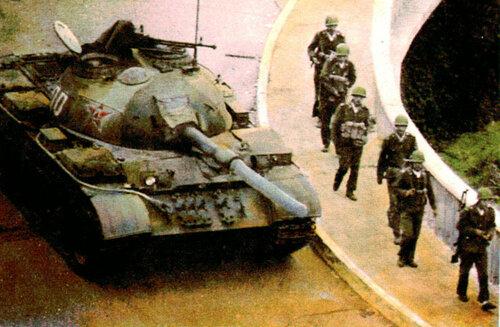 "Танк ""Тип 59-II"" на подступах к площади"