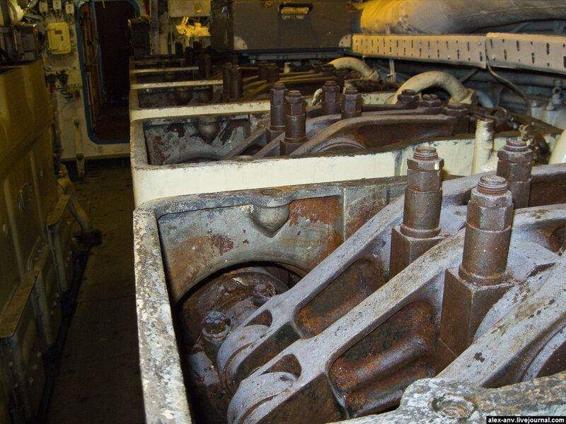 Подводная лодка С-189. Пятый отсек - дизельный. Алюминиевые крышки с дизелей спёрли в металлолом, поэтому пока дизеля стоят нараспашку. Позднее создатели музея к ним хотят заказать декоративные крышки из пластика.