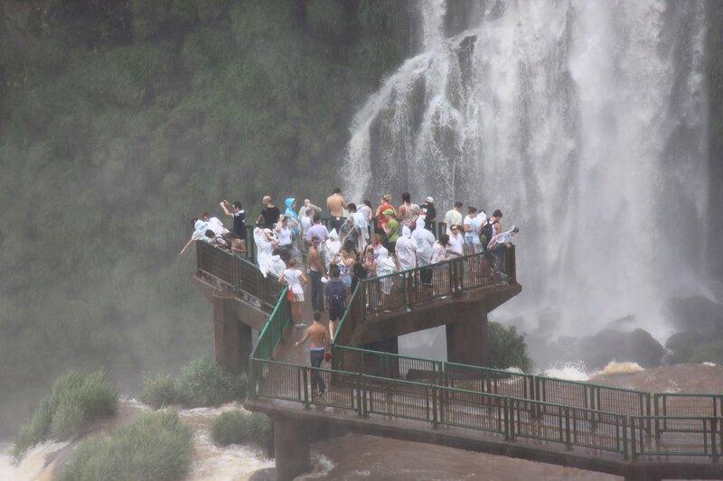 Entre vody.Ostrov em uma cachoeira
