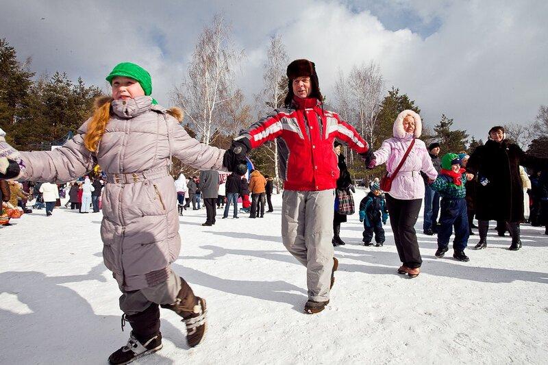 на традиционно главной «площадке по встрече весны» на Пушкинской поляне в Захарово, весело и шумно отметили Масленицу