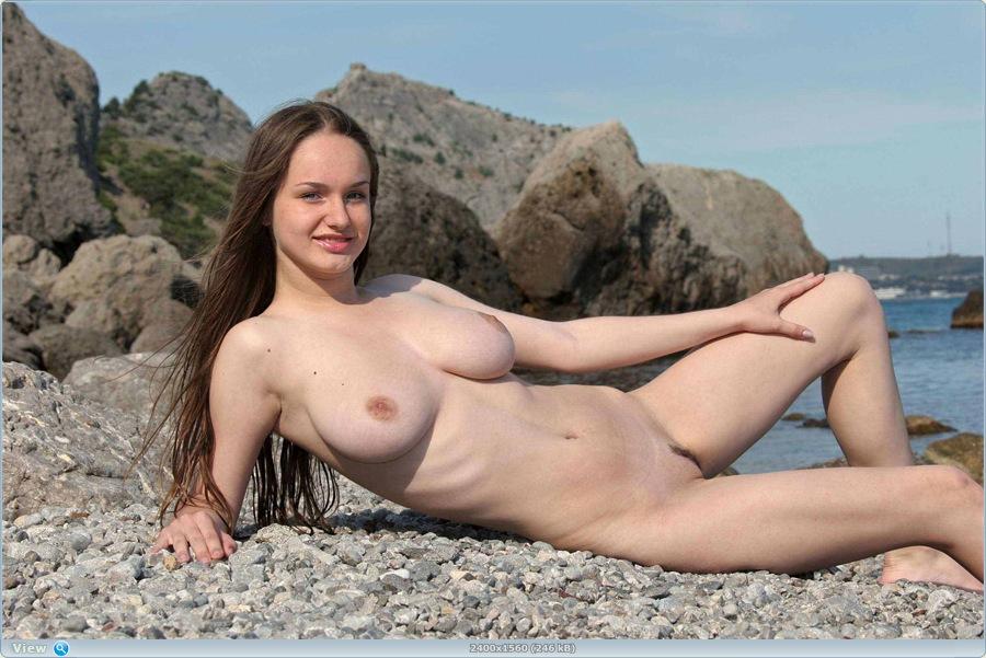 Полногрудая красотка на море (11 фото)