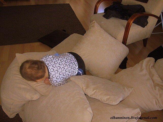 Валяться и безобразничать в подушках - любимое развлечение годовалых младенцев