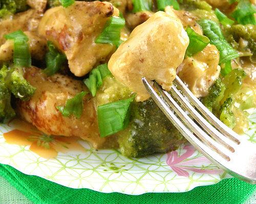 Курица под соусом, тушеная с брокколи