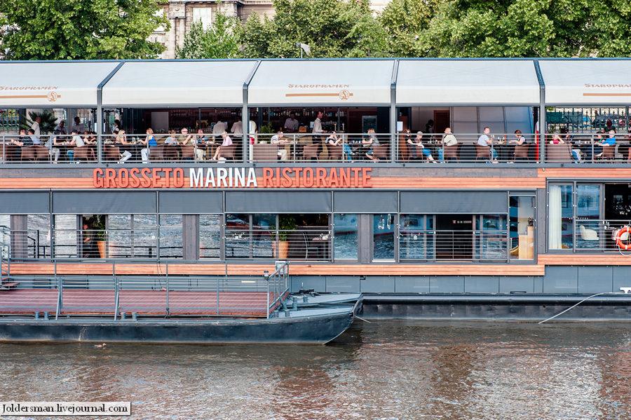 ресторан на реке в Праге