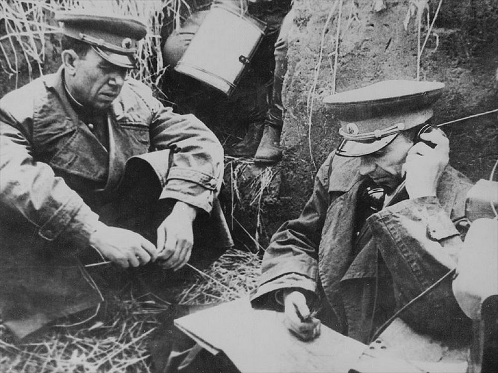 Командующий 38-й армией К.С. Москаленко и член Военного Совета армии А.А. Епишев у карты на командном пункте.jpeg