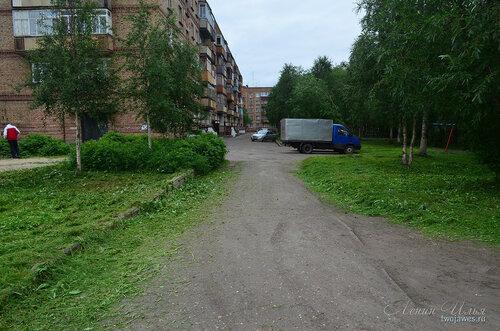 Фото города Инта №8102  Северо-восточный угол Воркутинской 6 (территория после недавнего покоса травы) 02.07.2015_17:19