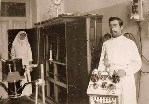 Врач и сестра милосердия в рентгеновском кабинете офицерского лазарета.