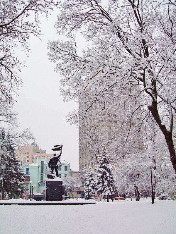 Памятник Героям революции и гостиница Киев