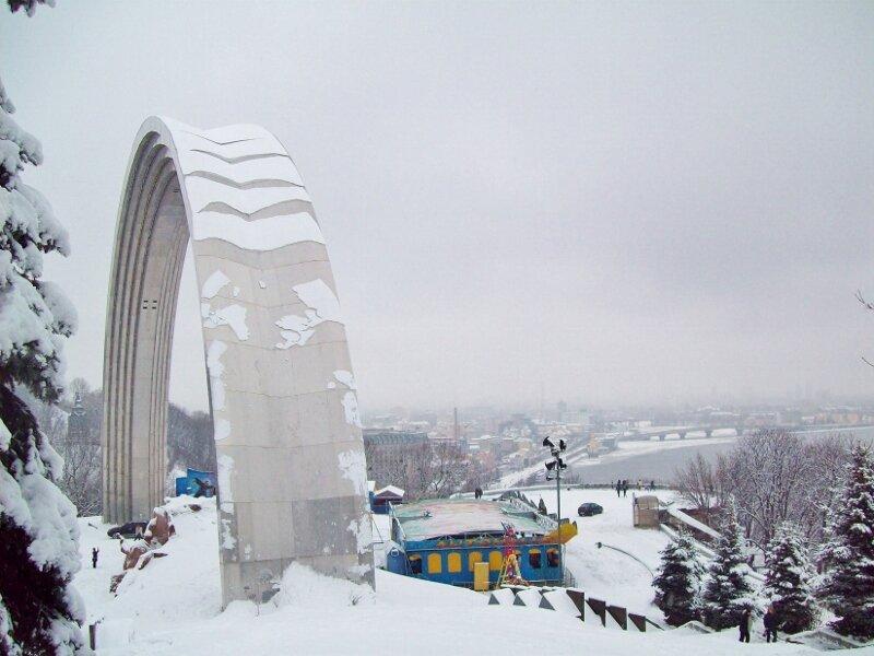 Арка Дружбы народов зимой