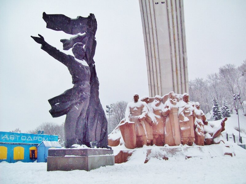 Памятники под Аркой Дружбы народов