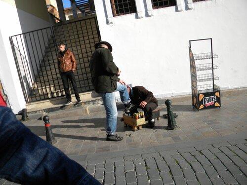Чистят кросовки немцу