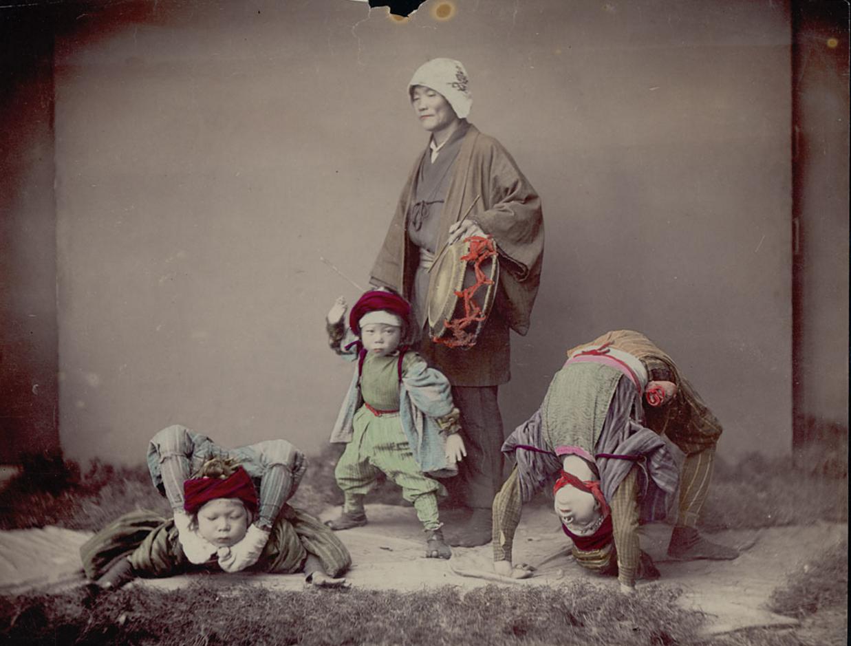 Барабанщик с тремя детьми акробатвами