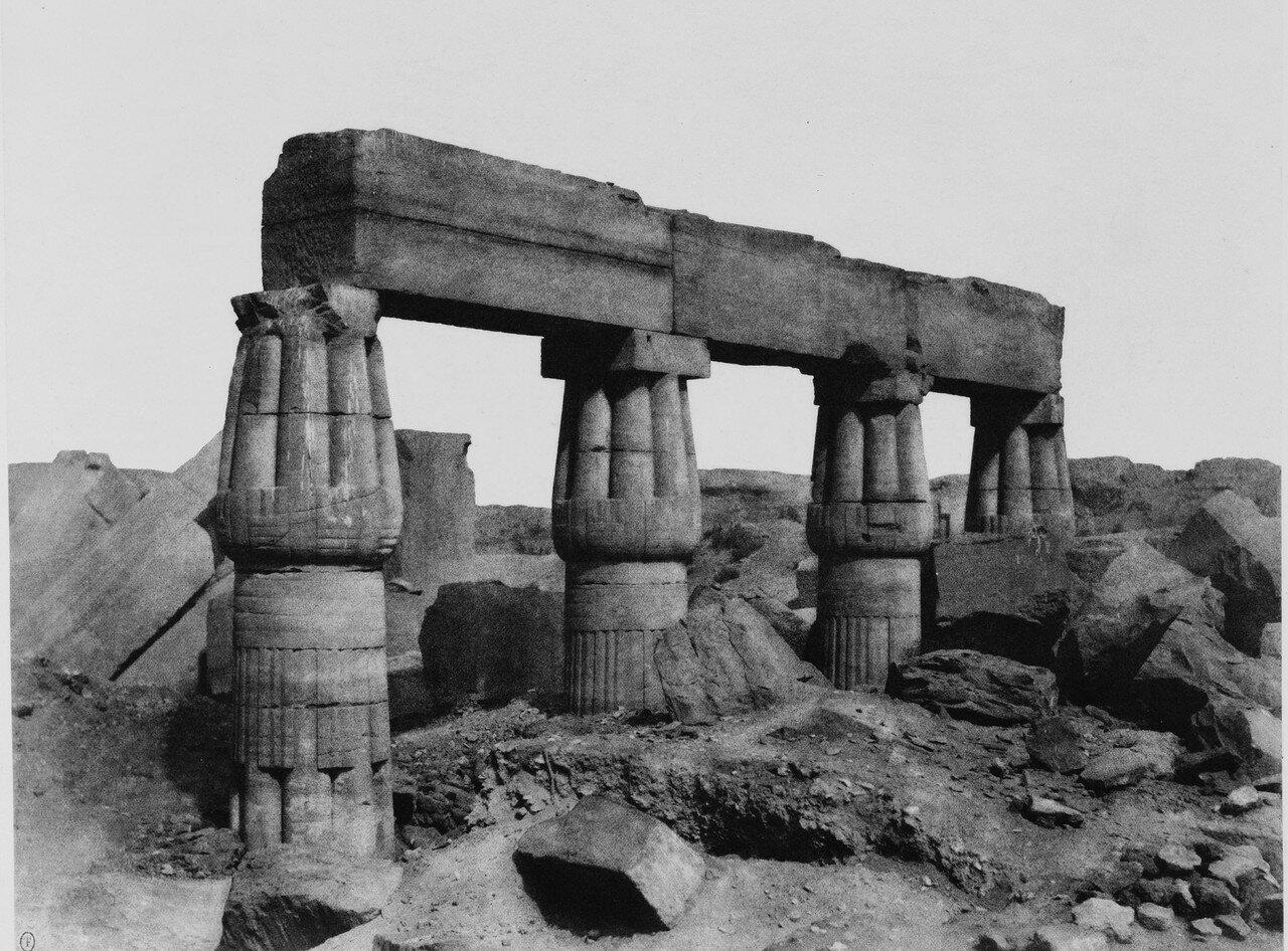 Карнак (Фивы). Фрагмент колоннады. 1858