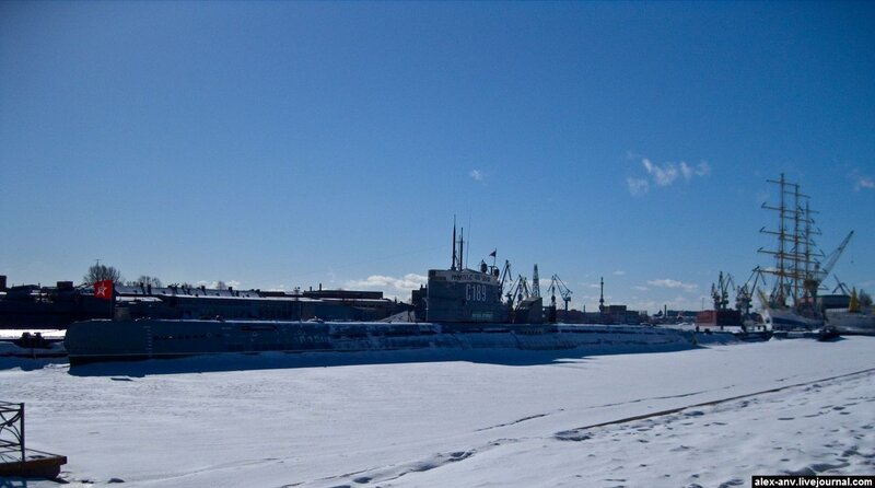 Подводная лодка С-189. Подлодку, как настоящее боевое судно, видно только когда подойдёшь к ней совсем вплотную.